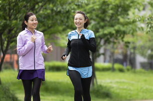 ジョギングする女性2人の写真素材 [FYI04269345]
