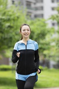 ジョギングする女性の写真素材 [FYI04269348]