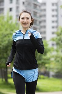 ジョギングする女性の写真素材 [FYI04269349]