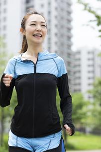 ジョギングする女性の写真素材 [FYI04269351]