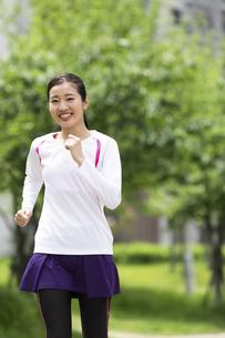 ジョギングする女性の写真素材 [FYI04269353]