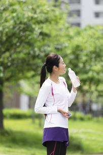 水を飲む女性の写真素材 [FYI04269373]
