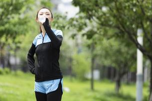 水を飲む女性の写真素材 [FYI04269375]