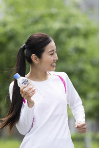 水を持ってウォーキングする女性の写真素材 [FYI04269385]