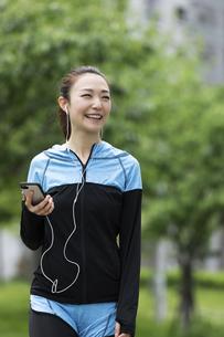 音楽を聴きながら歩く女性の写真素材 [FYI04269394]