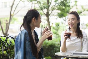 テラス席で会話する女性の写真素材 [FYI04269439]