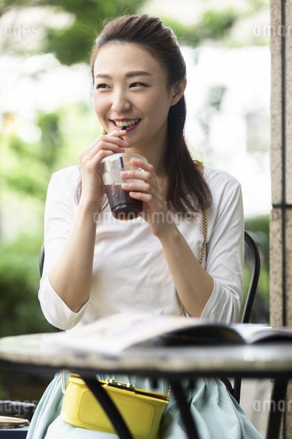 テラス席で会話する女性の写真素材 [FYI04269445]