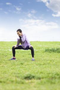 準備運動する女性の写真素材 [FYI04269568]
