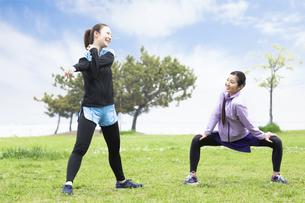 準備運動する女性の写真素材 [FYI04269569]