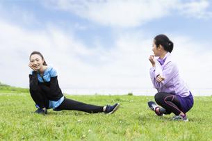 準備運動する女性の写真素材 [FYI04269570]