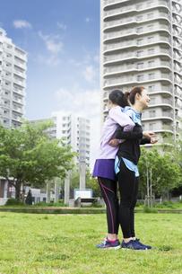 背中合わせに立つ女性2人の写真素材 [FYI04269574]
