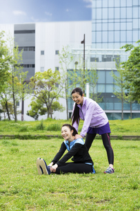 ストレッチをする女性2人の写真素材 [FYI04269580]