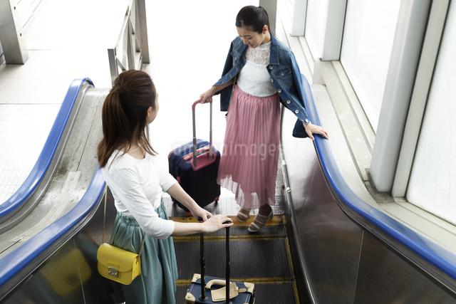 エスカレーターに乗る女性2人の写真素材 [FYI04269588]