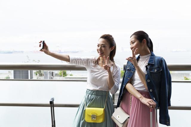 写真を撮る女性2人の写真素材 [FYI04269599]