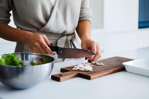 キッチンで料理する女性の手元の写真素材 [FYI04269625]