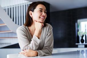 カウンターで微笑む女性の写真素材 [FYI04269635]