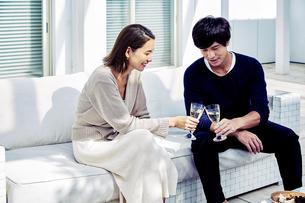 バルコニーで乾杯する夫婦の写真素材 [FYI04269639]