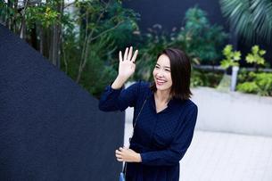 家族に手を振る女性の写真素材 [FYI04269661]