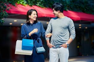 ショッピングしている若い夫婦の写真素材 [FYI04269662]