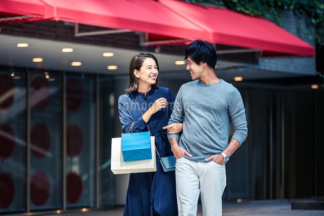 ショッピングしている若い夫婦の写真素材 [FYI04269665]
