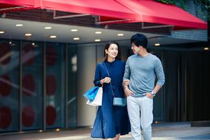 ショッピングしている若い夫婦の写真素材 [FYI04269666]