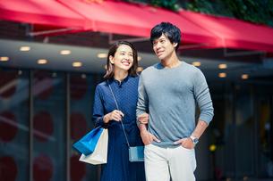 ショッピングしている若い夫婦の写真素材 [FYI04269667]