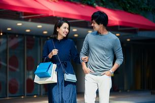 ショッピングしている若い夫婦の写真素材 [FYI04269668]
