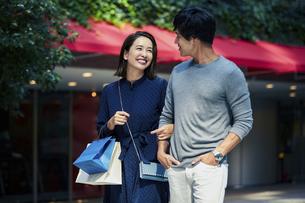 ショッピングしている若い夫婦の写真素材 [FYI04269669]