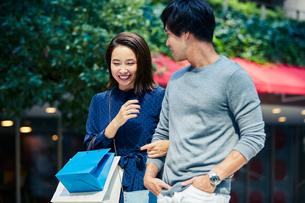 ショッピングしている若い夫婦の写真素材 [FYI04269670]