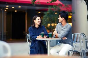 カフェで会話する若い夫婦の写真素材 [FYI04269674]