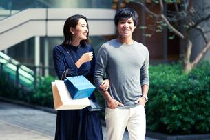 ショッピングしている若い夫婦の写真素材 [FYI04269680]