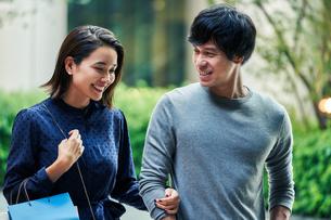 ショッピングしている若い夫婦の写真素材 [FYI04269684]
