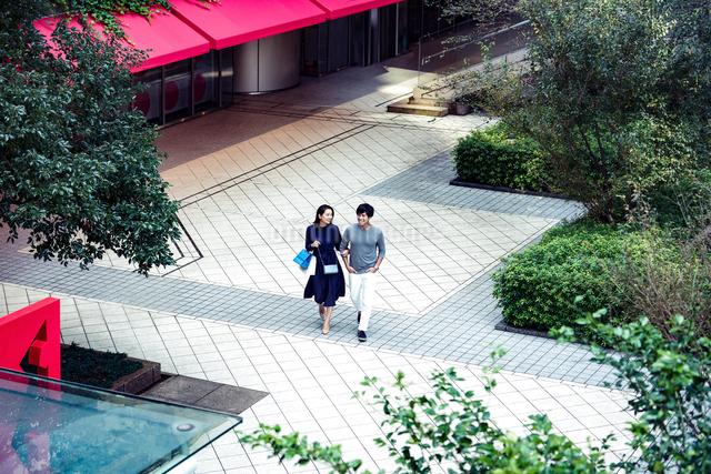 ショッピングしている若い夫婦の写真素材 [FYI04269685]