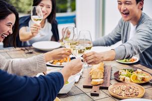 ホームパーティーで乾杯するグループの写真素材 [FYI04269695]