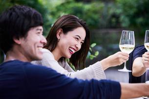 ホームパーティーを楽しむ夫婦の写真素材 [FYI04269696]