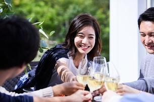 ホームパーティーで乾杯するグループの写真素材 [FYI04269699]