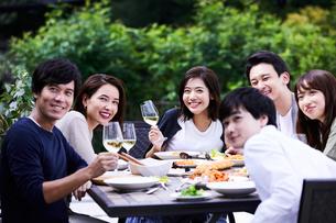 ホームパーティーで集合写真を撮るグループの写真素材 [FYI04269705]
