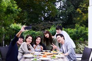 ホームパーティーでセルフィを撮るグループの写真素材 [FYI04269707]