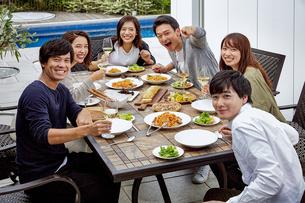 ホームパーティーで集合写真を撮るグループの写真素材 [FYI04269723]