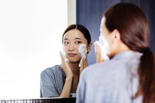 洗顔する20代女性の写真素材 [FYI04269727]