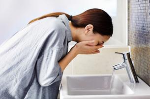 洗顔する20代女性の写真素材 [FYI04269732]