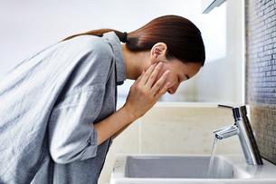 洗顔する20代女性の写真素材 [FYI04269735]