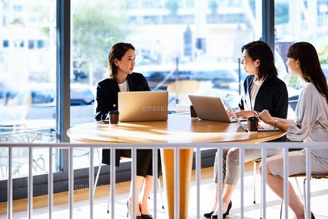カフェで打ち合わせをする女性たちの写真素材 [FYI04269761]
