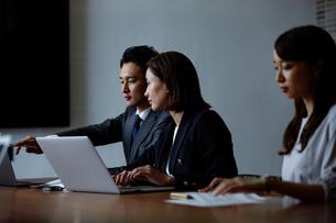 会議室で打ち合わせする男女の写真素材 [FYI04269770]