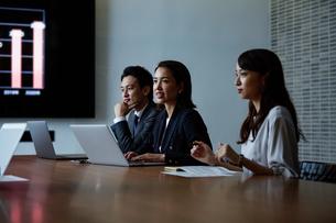 会議室で打ち合わせする男女の写真素材 [FYI04269771]