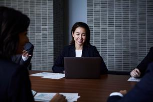会議室で打ち合わせする男女の写真素材 [FYI04269773]