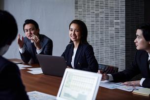 会議室で打ち合わせする男女の写真素材 [FYI04269774]