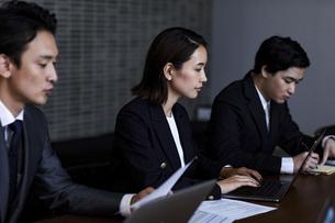 会議室で打ち合わせする男女の写真素材 [FYI04269776]