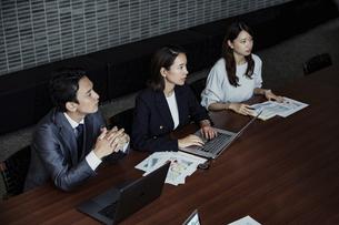 会議室で打ち合わせする男女の写真素材 [FYI04269778]