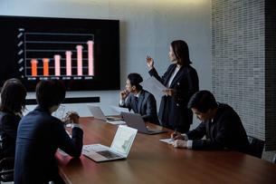 会議室でプレゼンするビジネスウーマンの写真素材 [FYI04269783]